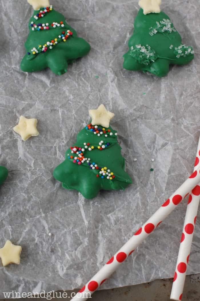 Peanut Butter Pretzel Christmas Trees | www.wineandglue.com