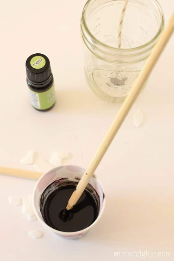 Ever wonder how to make a citronella candle? These Bumblebee Citronella Candles are so easy to make, and make a perfect gift!