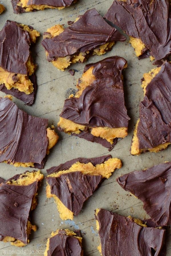 This Pumpkin Cookie Dough Bark is the love child of pumpkin desserts and your love of cookie dough! Winning!