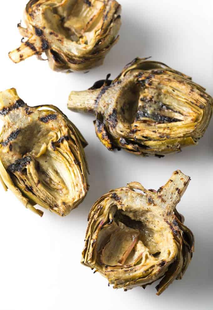 Cut in the middle, the artichoke hearts have a beautiful grilled finishing.