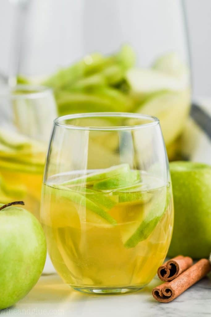 glass of apple pie sangria